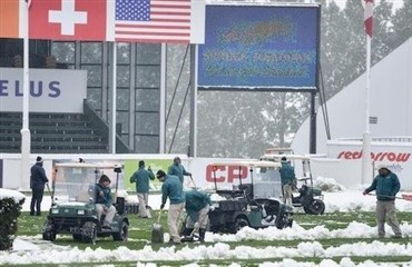 Sneen vælter ned over Spruce Meadows